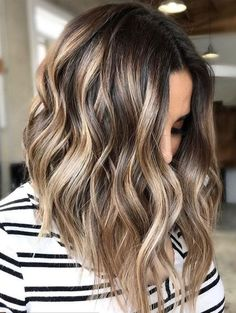 Your locks lack some delicate tints! Have you discovered that balayage or ombre hair colors can make you look unique? Come and look for the trendy balayage and ombre hair highlights for 2019 at TheTrendyHairstyles. Blonde Balayage Highlights, Light Brown Highlights, Hair Color Balayage, Balayage Brunette, Haircolor, Caramel Highlights, Brunette Highlights Summer, Fall Balayage, Blonde Waves