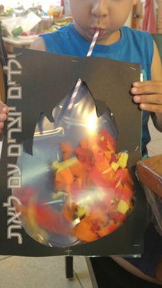 ילדים יוצרים Kids craft גוזרים נייר קרפ בצבעי האש. מכניסים לשקית קשיחה (ניילונית) חתיכות של נייר קרפ. גוזרים מדורה בתוך בריסטול. את המסגרת של המדורה, מהדקים מצד אחד, ובריסטול שלם מהדקים מצד שני. משחילים מלמעלה קשית ואוטמים את השקית . נושפים בקשית והמדורה מתעוררת לחיים