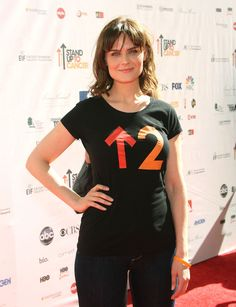 Emily Deschanel Photos Photos - Actress Emily Deschanel arrives at Stand Up To Cancer held at Sony Pictures Studios on September 10, 2010 in Culver City, California. - Stand Up To Cancer - Arrivals
