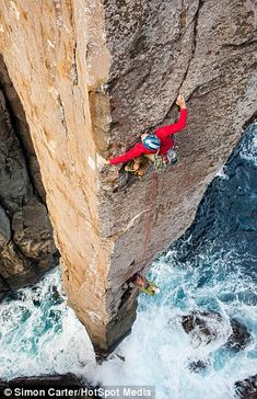 Located in Cape Hauy, Tasmania, the Totem Pole is a natural rock formation known as a sea or coastal stack, towering 65 meters into the sky. Australian photographer Simon Carter captured these photos of climbers tackling the iconic landmark. Trekking, Ice Climbing, Mountain Climbing, Photo Vintage, Image Nature, Escalade, Living On The Edge, Kayak, Outdoors