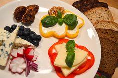Perjantain juustoherkkulautanen. Näillä herkuilla on mukava aloittaa rentouttava viikonloppu. Uotilan leivät sopivat juustojen kaveriksi täydellisesti!