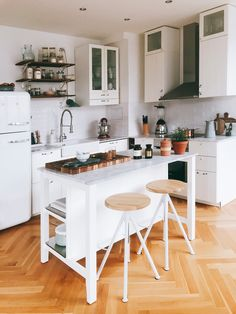 Open Plan Kitchen Living Room, Home Decor Kitchen, Kitchen Interior, Home Kitchens, Kitchen Dining, Navy Kitchen Cabinets, Küchen Design, House Design, Dream Decor