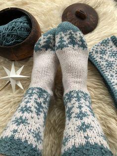 Vottemønster,Sokkemønster ,mønster til pannebånd og mini Selbu 🐑🇳🇴 | FINN.no Mittens, Knitting Patterns, Slippers, Monogram, Socks, Fashion, Tights, Tejidos, Threading