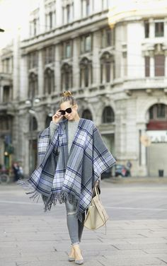 This tartan poncho looks totally cute with skinny grey jeans and heels. Via Helena Glazer. Poncho: Theory, Sweater: H&M, Denim: H&M, Shoes: Manolo Blahnik. Brooklyn Blonde, Fall Outfits, Fashion Outfits, Fashion Trends, Fashion Bloggers, Trending Fashion, Hijab Fashion, Fashion Styles, Casual Outfits