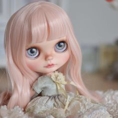 Her hair is sooooo soft I want to brush it all day long ☺️#mapoupeecherie #blythe #blythedoll #doll #instadoll #dollstagram #ooak #ooakdoll #artdoll #pinkhair