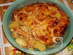 Recept Vrstvené zapékané brambory - Vrstvené brambory doporučuji. 3 kg     brambory     2 balíčky     plátkový sýr     2 balíčky     salám gothaj     2 ks     vejce     1 ks     pórek     100 g     strouhaný sýr     2 balíčky     salám junior     1 kg     cibule     500 ml     sladká smetana     250 ml     sladký kečup   podle chuti         koření