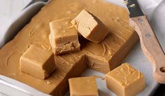 My dad is a fudge fanatic. His favourite fudge is crumbly and sweet. This is the best recipe I could find for making crumbly fudge. Candy Recipes, Sweet Recipes, Dessert Recipes, Uk Recipes, Easy Baking Recipes, Yummy Recipes, Homemade Sweets, Homemade Candies, How To Make Fudge