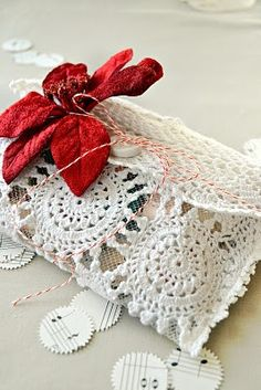 www.weddbook.com everything about wedding ♥ DIY Lace Wedding Clutch | Eski Dantellerden Canta #lace #doily #vintage #wedding #bag