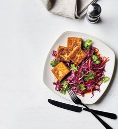 Crispy tofu with cabbage and carrots - Real Simple Asian Noodle Recipes, Tofu Recipes, Vegetarian Recipes, Healthy Recipes, Healthy Eats, Healthy Foods, Cabbage And Carrot Recipe, Cabbage Recipes