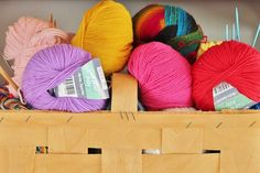 Green Bird - DIY fashion, decoration and interior: The best websites for free knitting and crochet patterns A list of the best online sources for free knitting patterns and crochet patterns. Knitting Patterns Free, Free Knitting, Crochet Patterns, Knitting Club, Sock Knitting, Knitting Machine, Knitting Needles, Cheap Yarn, Diy And Crafts