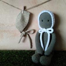 Ravelry: Spring Duo Bonnet for The Oak Folk pattern by Sandra Magalhães Knitted Doll Patterns, Knitted Dolls, Baby Knitting Patterns, Baby Patterns, Hand Knitting, Stitch Patterns, Simple Knitting, Crochet Yarn, Crochet Hooks