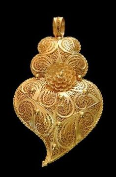 Filigrana, a kind of embroidery of gold, from the north of Portugal Filigree Jewelry, Gold Jewelry, Jewellery, Folklore, Visit Portugal, Ancient Jewelry, Sacred Heart, Spanish Style, Portuguese