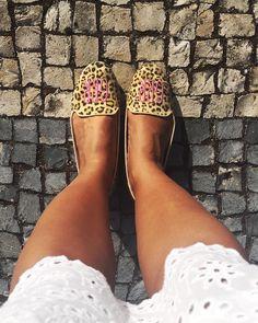 Aqui o motivo para eu não usar mais salto: calçadas portuguesas!  Lindas e super tradicionais mas mais tradicionais ainda são os escorregões... um perigo até de tênis!  . . . #lookdaluli #lookdodia #look #lotd #fashion #fblogger #moda #fastfashion #summer #flats #flatshoes #animalprint #shoes #botas #sapatos #lisbon #lisboa #portugal