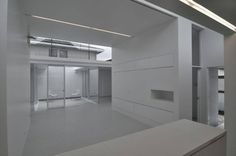 即使只是單純的白色,透過高度、層次的安排,就能讓自然光影在純白的舞台中,跳出最美的旋律。 pic via D.I.G Architects