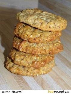 Ve velké míse smícháme vločky, mouku s kypřícím práškem, cukry, semínka a ořechy. V malém hrnci rozehřejeme máslo spolu s medem. Poté máslovou... Bread, Cookies, Chicken, Vegetables, Desserts, Recipes, Food, Crack Crackers, Tailgate Desserts