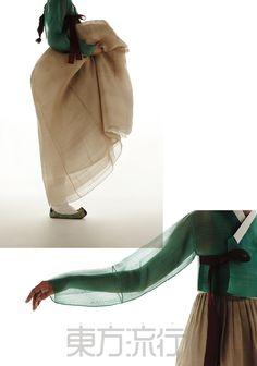 한복을 완성하는 건 짓는 이가 아닌 입는 사람이다. 경외나 감상의 대상에 머무르지 않고 곁에 두고 오래 입는 옷. 평면에 존재하는 이 의복은 우리의 입체적인 몸과 하나 되는 순간 생명을 틔운다. 가까이, 자꾸 볼수록 눈과 마음에 스며드는 선과 면의 고요한 합창. Korean Traditional Dress, Traditional Fashion, Traditional Dresses, Textiles, Korea Dress, Modern Hanbok, Modern Kimono, Culture Clothing, Korean Design