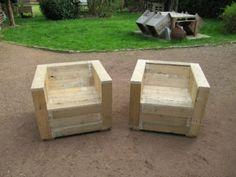 Ensemble de meubles de jardin construite avec des palettes et une bobine en bois 4