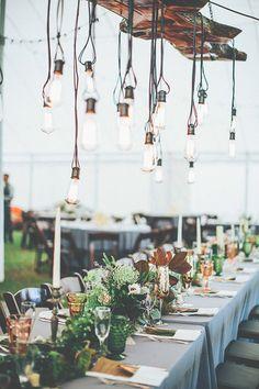 Recepción de boda industrial con lámparas colgantes - Foto: Papered Heart Photography