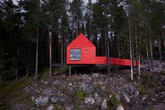 Now, this is a hotel, worth traveling for! Not just for the fun of sleeping in the trees, but because it is also great architecture. Tree Hotel is a bundle of rooms literally up in the trees situated in the far northen forrests of Sweden. Nature Architecture, Hotel Architecture, Architecture Design, Beautiful Architecture, Hotel Fasano, Treehouse Hotel, Timber Cabin, Futuristisches Design, Bag Design