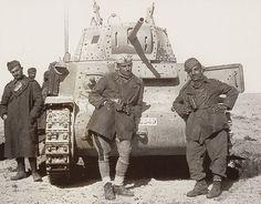 "WWII --- Italian ""Fiat M13/40"" tank and crew (North Africa - c. 1941/1942) [800x626]"