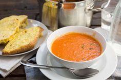 Recept voor verse tomatensoep voor 4 personen. Met zout, olijfolie, peper, tomaat, broodje, kaas, groentebouillon, knoflook, ui en tomaten passata