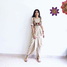 indian designer wear If you're a 2020 bride, we highly recommend playing around with silhouettes and colours for your mehndi! After all, you can have so much fun wearing something Party Wear Indian Dresses, Designer Party Wear Dresses, Indian Gowns Dresses, Indian Fashion Dresses, Kurti Designs Party Wear, Dress Indian Style, Indian Designer Outfits, Indian Wedding Outfits, Indian Outfits