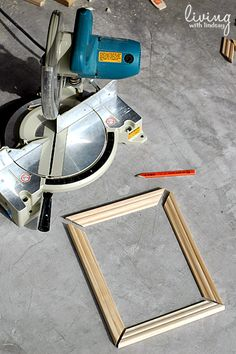 CutTrimCompoundMiterSaw - Not in scaled but good step by step explanation of picture frame construction Build A Picture Frame, Build A Frame, Picture On Wood, Diy Frame, Wood Picture Frames, Wooden Frames, Diy Projects To Try, Wood Projects, Cierra Circular