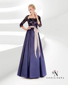 Luxusné spoločenské šaty s krajkovým vrchom a veľkou, hladkou modrou sukňou, pás je zvýraznený staroružovou stuhou. Tieto šaty sú vhodné na ples, pre svadobnú mamu, pre nevestu, pre svadobných hostí, na stužkovú a pod. Veľkosť 44