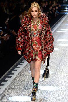 Daunenjacke von Dolce & Gabbana für Herbst/Winter 2017/18. Alle Looks der neuen Kollektion gibt's auf VOGUE.de