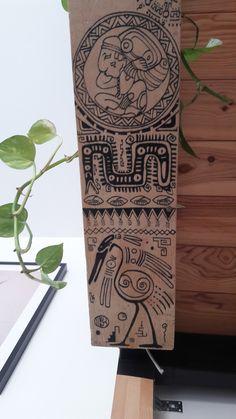 Motifs aztèques dessiné sur caisse en bois