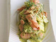 Kartoffel-Lachs-Salat in Kräutermarinade - smarter - Zeit: 30 Min. | eatsmarter.de