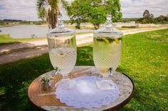 Como gastei menos de 5 mil reais no casamento dos meus sonhos! Champagne, Table Decorations, Tableware, Brenda, Picnic, Weddings, Wedding Things, Rustic Wedding Decorations, Field Wedding