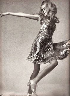 Lauren Hutton. Hutton hizo una destacada carrera modelando durante los años 1970 y 80, incluso se convirtió en la primera modelo en firmar un contrato exclusivo con una marca de cosméticos. Fue con Revlon en 1973.