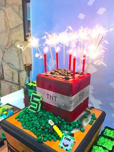 Mining for Minecraft party ideas? Dying for boys Minecraft birthday ideas? Find it all in this pixel Minecraft party at Kara's Party Ideas! Halloween Snacks, Halloween Party Decor, Halloween Fun, Healthy Halloween, Halloween Pizza, Halloween Recipe, Halloween Popcorn, Halloween Cupcakes, Minecraft Birthday Cake
