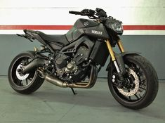 Yamaha Matte black with a lot of extras Puig and a beauty and noisy… Motorcycle Wheels, Moto Bike, Motorcycle Gear, Yamaha Motorbikes, Yamaha Motorcycles, Yamaha Fz 09, Gas Scooter, Biker Gear, Street Bikes