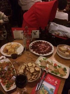 Cenando en el pimpi (Malaga) con mi mujer y mi niño!! Os amooo!!!!