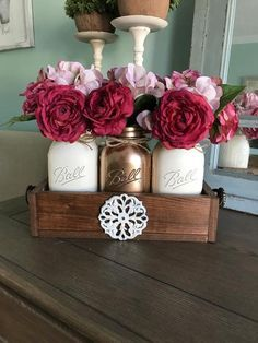 Mason Jar Crafts – How To Chalk Paint Your Mason Jars - Nedette Mason Jars, Mason Jar Flowers, Mason Jar Centerpieces, Christmas Centerpieces, Mason Jar Projects, Mason Jar Crafts, Craft Font, Diy Hanging Shelves, Mason Jar Lighting