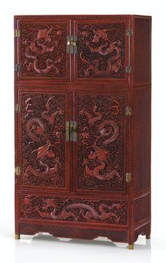 COLLECTION PARTICULIÈRE FRANCAISE Petit cabinet en laque rouge sculptée Dynastie Qing, époque Qianlong A SMALL CARVED CINNABAR LACQUER CABINET, QING DYNASTY, QIANLONG PERIOD Estimate 20,000 — 30,000 EUR