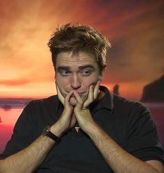 Rob looks bored or worried or both King Robert, Robert Douglas, Beautiful Boys, Pretty Boys, Robert Pattinson Twilight, Movies And Series, Edward Cullen, Twilight Saga, Twilight Edward