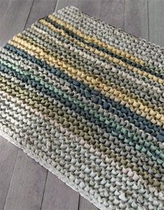 Knitting + Old t-shirts = Upcycled soft rug. I made my friend a bathroom mat lik… Knitting + Old t-shirts = Upcycled soft rug. I made my friend a bathroom mat like this when she moved house. Yarn Projects, Crochet Projects, Sewing Projects, Knit Rug, Knit Or Crochet, Yarn Crafts, Sewing Crafts, Diy Crafts, Tapetes Diy