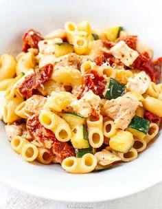 Makaron z kurczakiem, cukinią, fetą i suszonymi pomidorami Diet Recipes, Healthy Recipes, Tasty Dishes, Pasta Salad, Kids Meals, Macaroni And Cheese, Curry, Food And Drink, Yummy Food