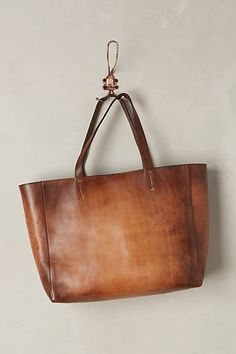 Love the simplicity of the leather- beautiful coloring. Always a fan of the tote!
