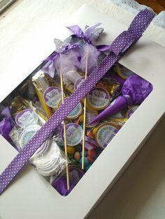 Caja de regalo con golosinas personalizadas