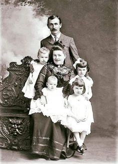 Vintage Photographs, Vintage Photos, Vintage Clothing, Vintage Outfits, Old Family Photos, Daguerreotype, We Are Family, Wall Photos, Vintage Children