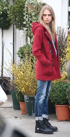 Acheter la tenue sur Lookastic:  https://lookastic.fr/mode-femme/tenues/duffel-coat-rouge-jean-boyfriend-bleu-bottes-en-cuir/2559  — Duffel-coat rouge  — Jean boyfriend bleu  — Bottes en cuir noires