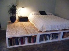 Ce projet de lit avec rangement à réaliser avec du bois acheté ou de récupération est très facile. Prévoyez suffisamment de dalles OSB pour réaliser la surface souhaitée pour votre estrade : comptez environ une fois et demie la largeur du lit. La structure est montée avec des tasseaux de bois de la longueur d'estrade désirée. En dessous, formez des renforts avec d'autres tasseaux de la hauteur voulue pour assurer la solidité du lit