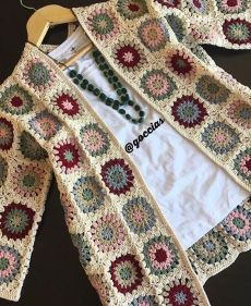 Newest Absolutely Free granny square sweater Tips 25 Ideas For Crochet Sweater Granny Square Jackets Pull Crochet, Mode Crochet, Crochet Cardigan Pattern, Granny Square Crochet Pattern, Crochet Gloves, Crochet Jacket, Crochet Poncho, Crochet Squares, Crochet Stitches