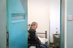 A população prisional portuguesa tem vindo a envelhecer e há mais de 300 reclusos com mais de 65 anos, metade dos quais presos pela primeira vez depois dos 60 anos, representando um desafio em matéria de reinserção social.