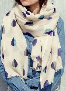 Comme une étole, cette magnifique écharpe en laine et soie sera votre  alliée pour les soirées d été ou les journées de printemps frisquet. c9c6fa9efab