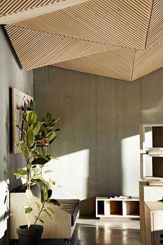 Очаровательное покрытие потолка деревянными рейками